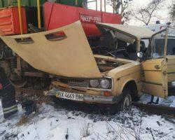 В Виннице поезд столкнулся с автомобилем: водителя забрала
