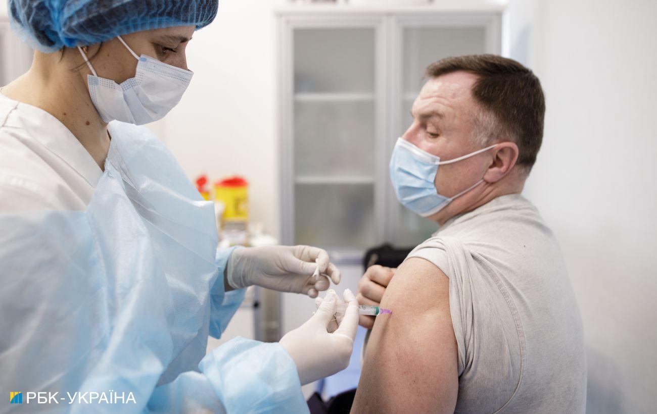 COVID-вакцинация в Украине: в четырех областях не сделали ни одной прививки за сутки