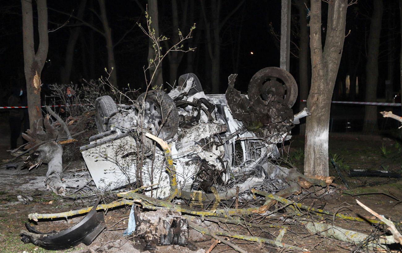 В Одессе автомобиль вылетел с дороги во двор: один человек погиб, четыре пострадали