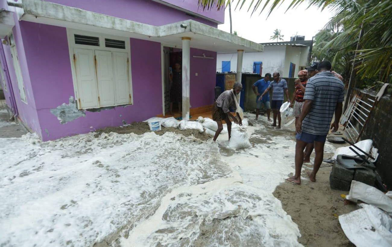 Индию накрыл мощный циклон: 150 тысяч эвакуировали, есть погибшие