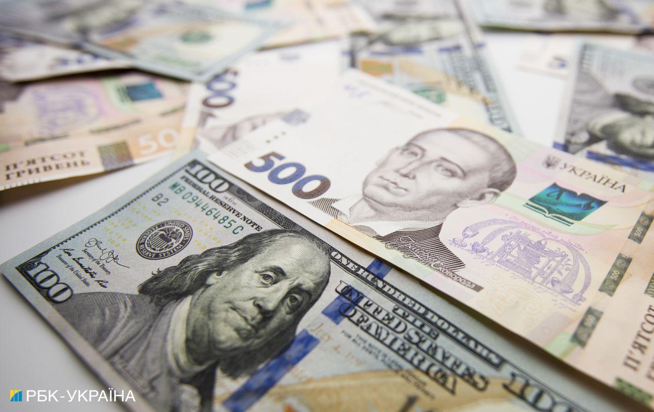 Курс доллара ускорил падение на межбанке. Приближается к отметке 27 гривен
