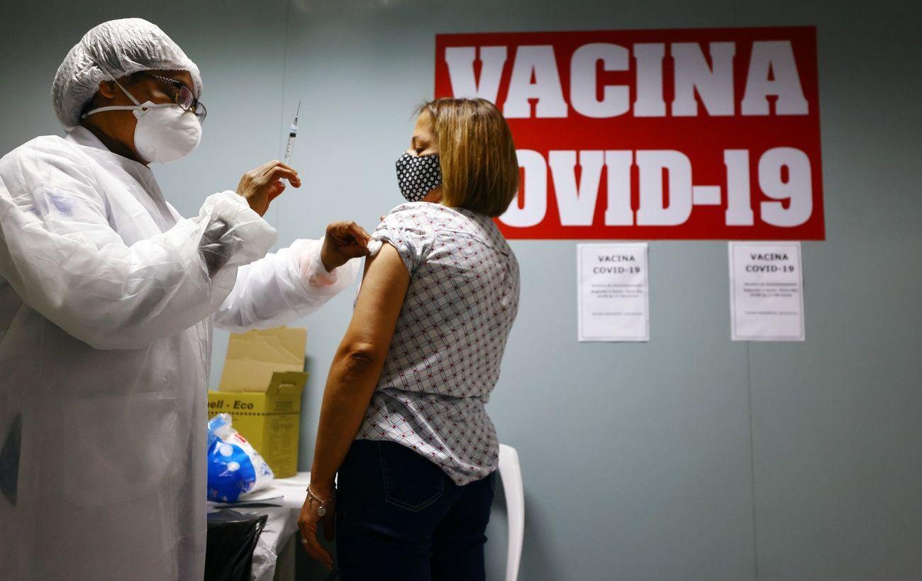 В Бразилии хотят отменить маски для вакцинированных людей