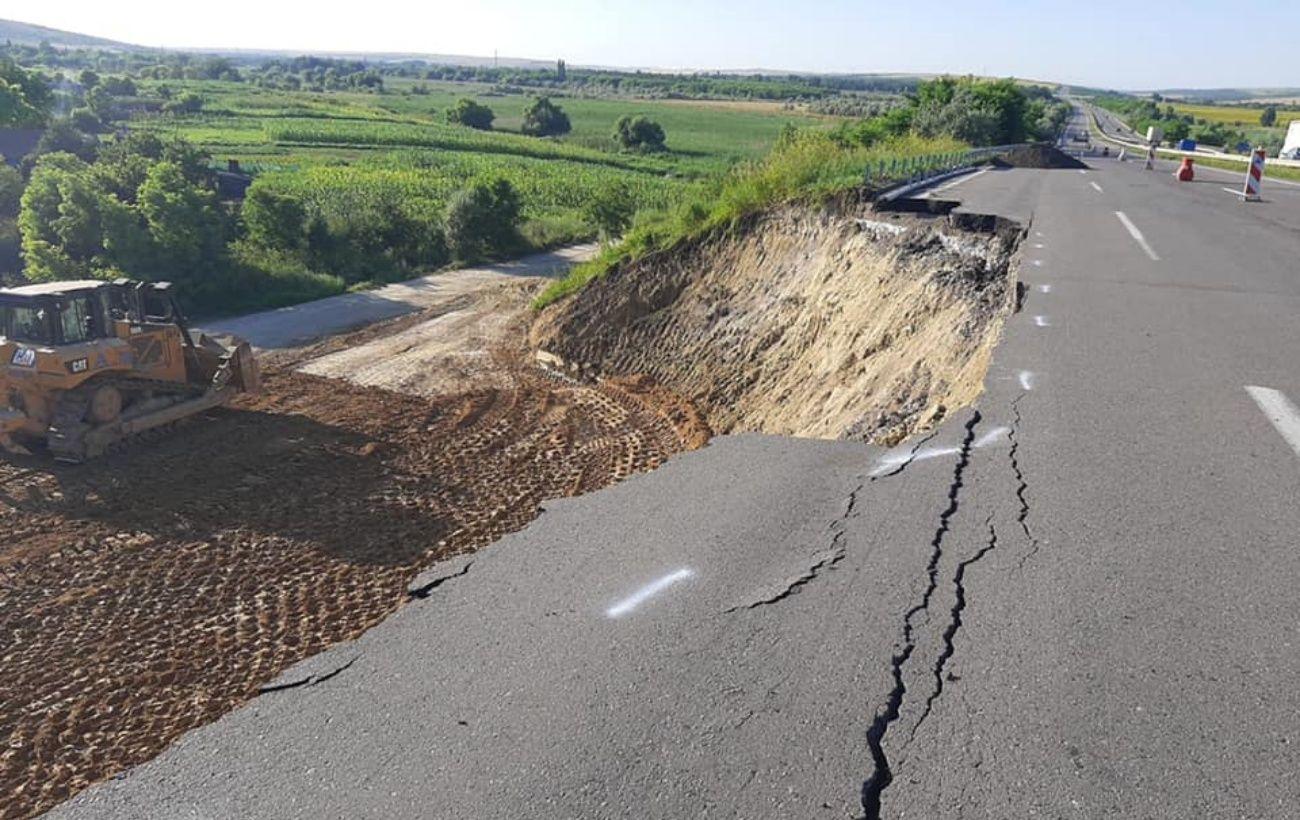 На трассе Киев-Одесса из-за ливней произошел оползень. Часть дороги перекрыли