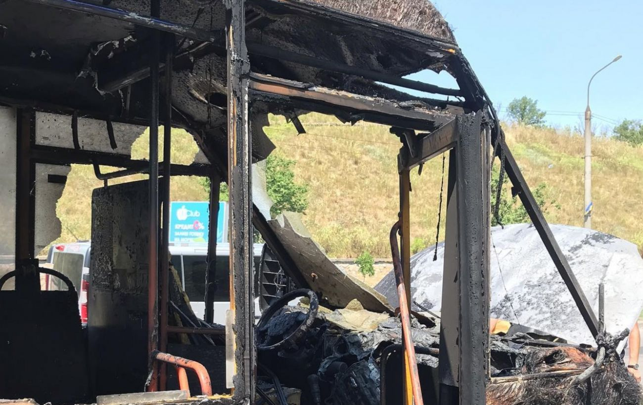 В Бердянске во время движения загорелась маршрутка с пассажирами