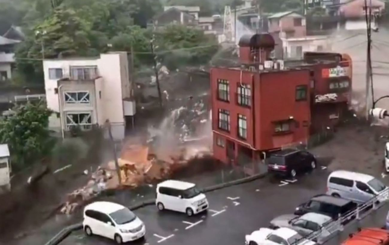 В Японии оползень снес десятки домов, есть погибшие