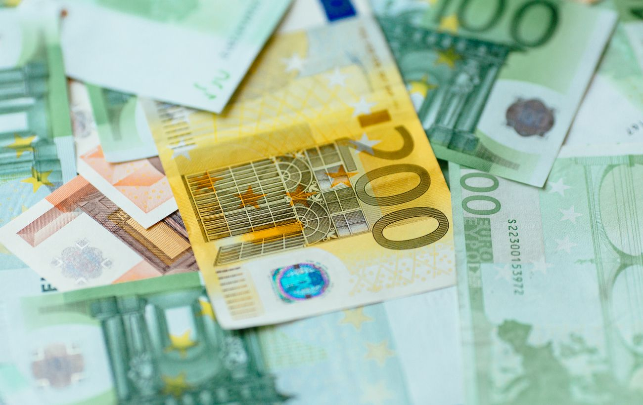 Курс евро упал до минимума за последний год