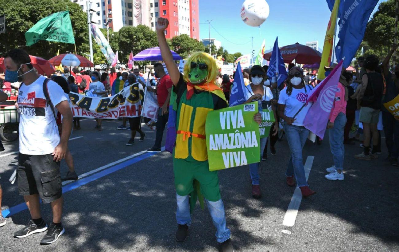 В Бразилии десятки тысяч протестующих провели акции за отставку президента