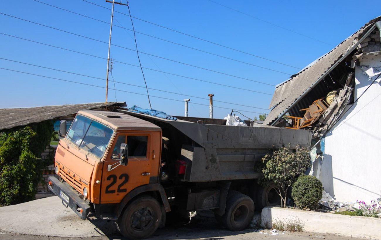 В Днепре грузовик протаранил жилой дом, часть здания обрушилась