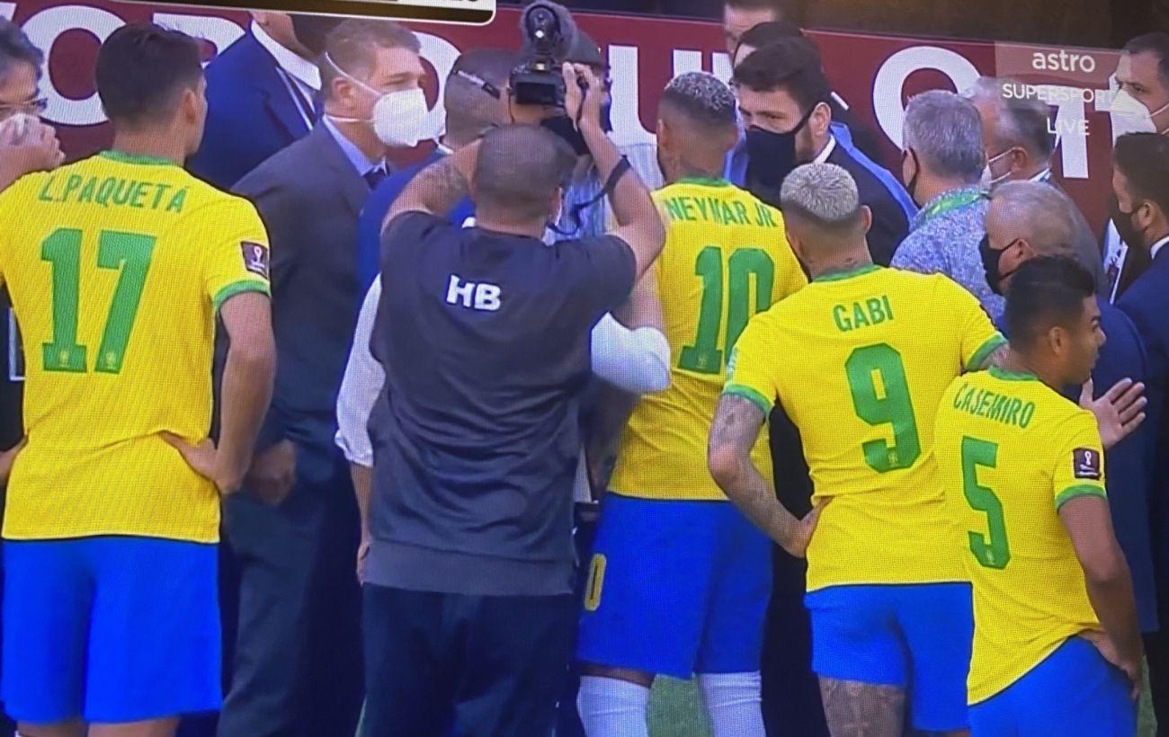Матч сборных Бразилии и Аргентины по футболу прервали полицейские: названа причина