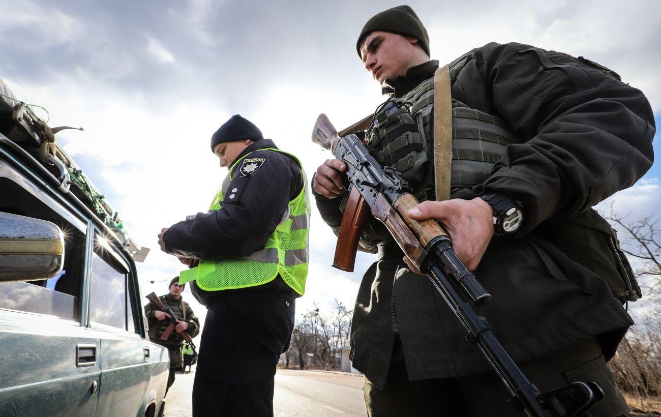 В Донецкой области военные остановили полный оружия автомобиль, водителя задержали