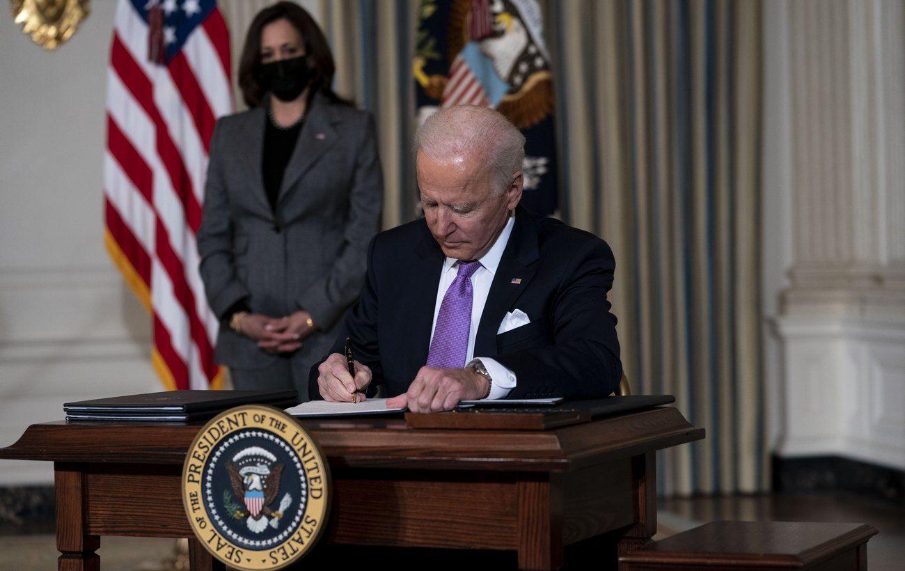 Байден подписал закон о помощи жертвам